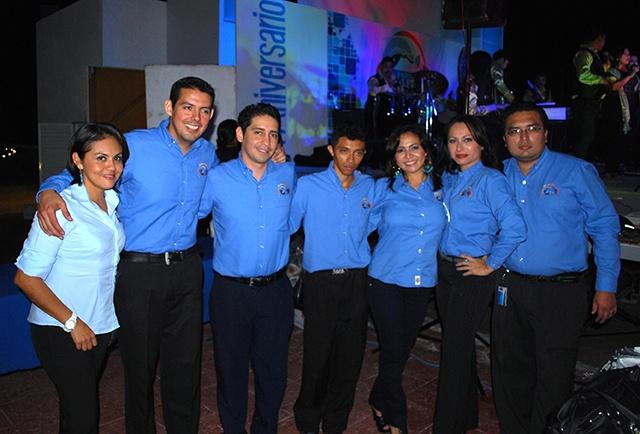 Integrantes de Radio Delfín 88.9 FM durante el evento del sexto aniversario.