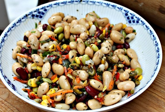 Salat med bønner, gulerod, majs, oliven og krydderurter - Kammerfruen & FedtegrevenKammerfruen & Fedtegreven