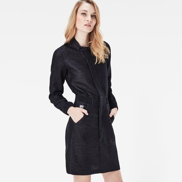 Deze donkere jurk is een nieuwe variatie op nette kleding. Denim en een…