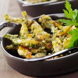 CUISSES DE GRENOUILLES A LA PROVENCALE (Pour 6 P : 6 douzaines de cuisses de grenouille • 4 gousses d'ail • 1 gros bouquet de persil plat • farine • 4 c à s d'huile d'olive • 100 g de beurre • sel et poivre)