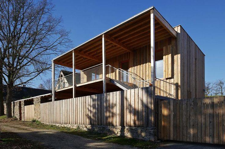 Nový objekt je situovaný medzi bývalú hospodársku usadlosť, stodolu a obytný dom. Uzatvára pozemok z južnej strany s príjazdovou komunikáciou.