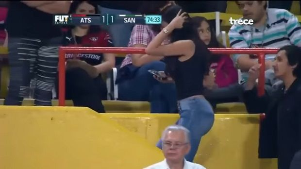 (Video) Mujer derritio a fans en pleno partido de Atlas vs Santos - http://www.esnoticiaveracruz.com/video-mujer-derritio-a-fans-en-pleno-partido-de-atlas-vs-santos/