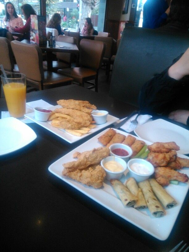 Unos ricos appetizers four way sampler, totalmente recomendable.