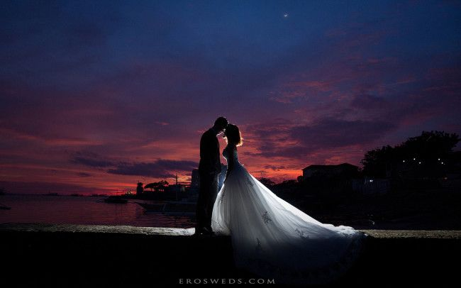 EROS的攝影觀點很單純,卻也是傳統婚紗攝影所遺忘的最重要的事:專注在每個讓人屏息以待的感動瞬間。我們不盲從流行,我相信回到攝影原點,就能創造獨一無二的婚紗攝影作品,多年後仍會想要再次翻開感受當下情感溫度的婚紗攝影。我們創立於台灣台中豐原小巷內,快樂的持續創作,是我們的工作態度,歡迎新人一同來與我們感受這一切。