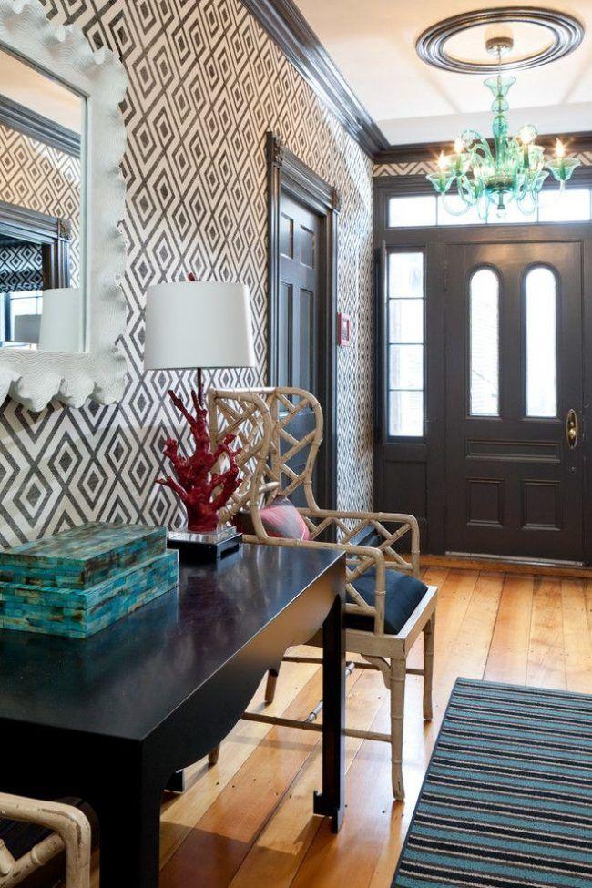 Обои с геометрическим принтом для прихожей. Общее цветовое оформление выполнено в графической черно-белой гамме. Особенности интерьера: деревянный пол, бамбуковые кресла, яркая стеклянная люстра