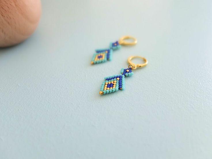 Boucles d'oreille motif Osiris tissées en perles de verre