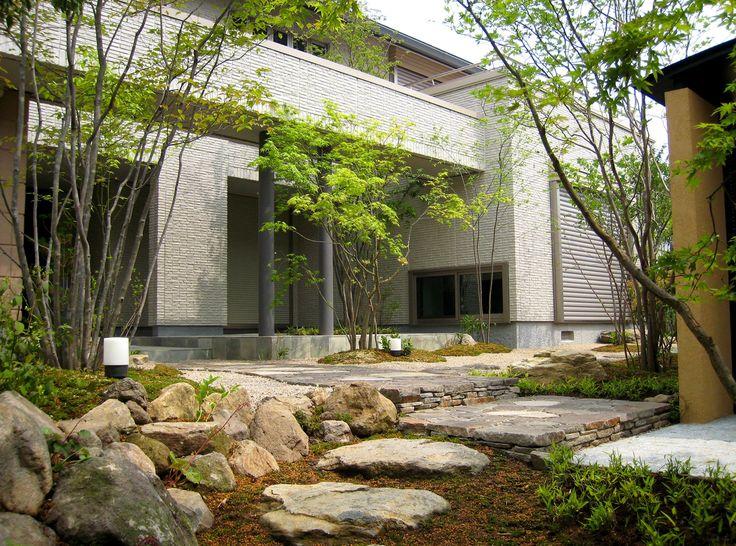 住宅設計の方と共に庭をつくらせていただきました。   現代建築の特徴でもある直線の美。昔の日本建築のような〈むくり〉や〈そり〉の要素を省いた、水平・垂直で構成されるスタイリッシュな住宅。 ...