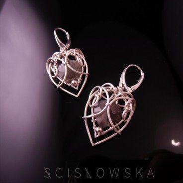 Frozen kolczyki Eleganckie, oryginalne kolczyki wykonane w romantycznym stylu ze srebra. W centrum znajduje się kropla fasetowanego labradorytu, który pięknie mieni się w świetle.   www.KuferArt.pl