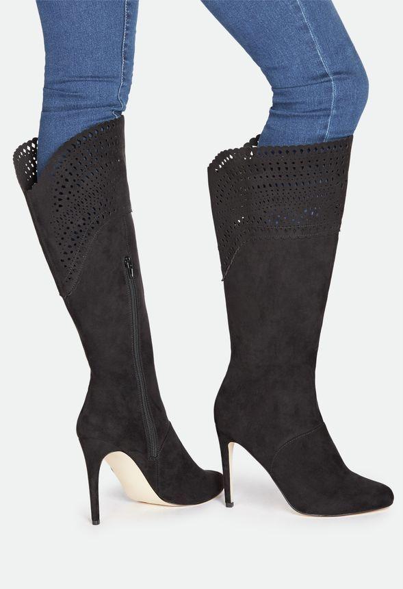 Der neue Stiefel für Fashionistas! Berllina kommt mit atemberaubendem Laser-Cut und einer brandneuen Silhouette aus Stiletto-Absatz und extra weitem Schaft....