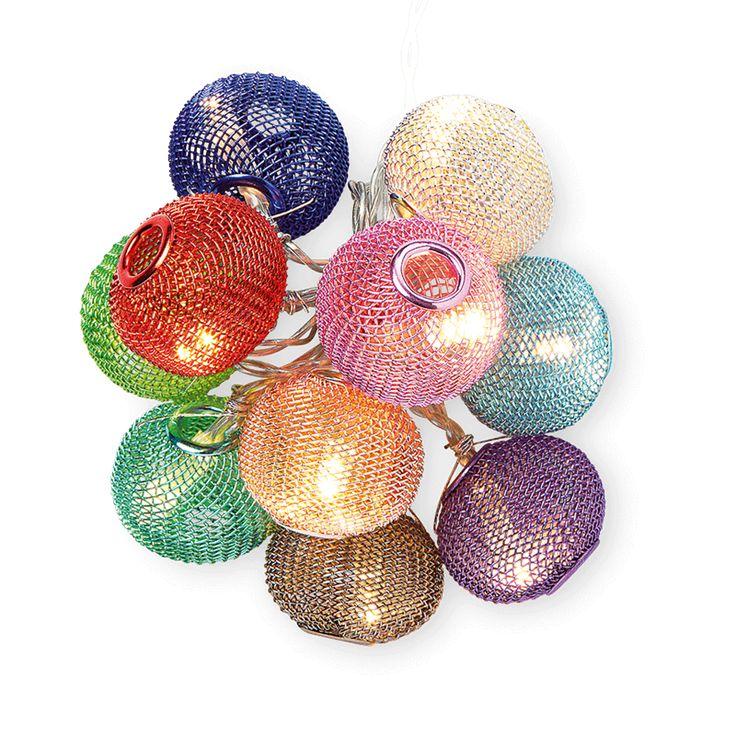 Met deze lichtketting met 10 gekleurde bollen is het iedere dag kerst! Vergeet er niet 3 AA batterijen in te doen! € 7.