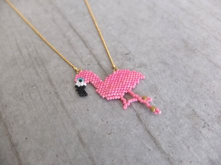 Collier tendance qui vous ravira tant par sa légèreté que par son originalité. Tissage à l'aiguille de perles japonaise Miyuki, motif flamant rose. Chaîne et apprêts dor - 15407877