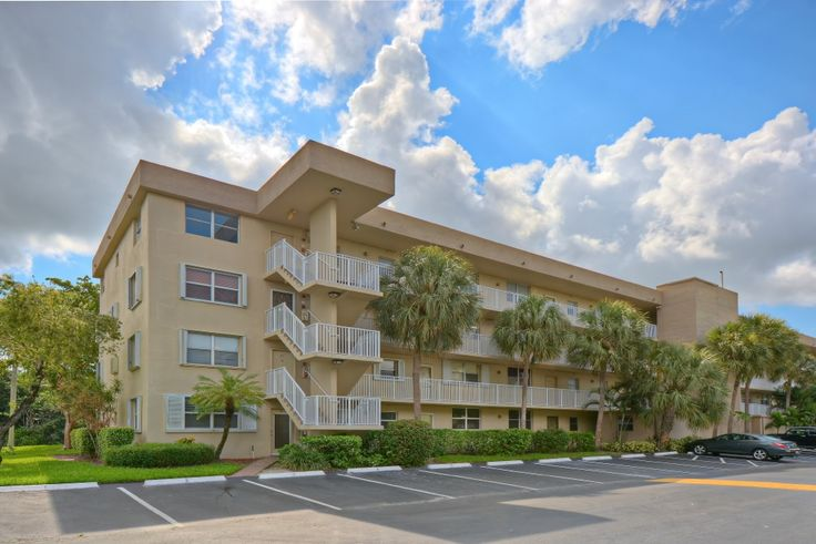 Royal Park Condominium in Oakland Park Florida For Sale Here is an opportunity for a 2/2 condominium in Oakland Park Florida just 1-mile to WIlton Manors, 2-miles to the Fort Lauderdale Beach.