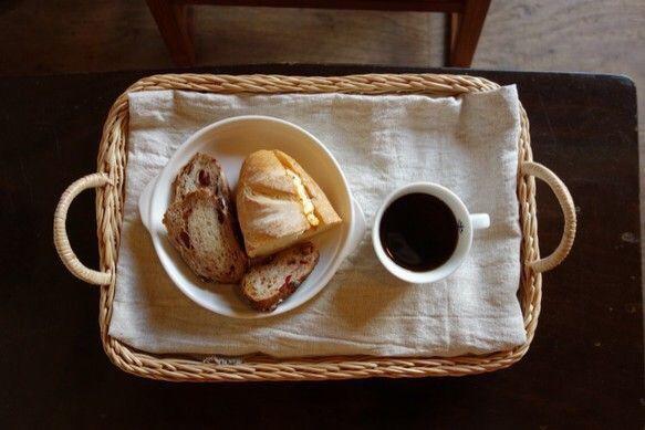 特別なラタン種で作られたトレイ。おうちカフェ用にはもちろんパンをおくもよし野菜を干すのも良し。食器やアクセサリーを置くなどもできます。素材のぬくもりと職人の手... ハンドメイド、手作り、手仕事品の通販・販売・購入ならCreema。