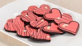 Biscotti di San Valentino al cioccolato con  decorazioni in pasta di zucchero