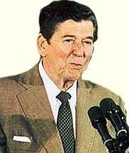 Рональд Рейган (полное имя и фамилия Рональд Уилсон Рейган, Ronald Wilson Reagan) — американский государственный деятель, 40-й президент США (1981-1989) от Республиканской партии, губернатор Калифорнии (1967-1975), с 1937 до начала 1960-х годов актер Голливуда, президент Гильдии киноактеров Америки (1947-1952 и 1959) - http://to-name.ru/biography/ronald-rejgan.htm