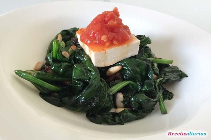 Receta de Espinacas con pasas, piñones, tofu y mermelada de tomate