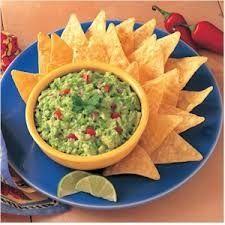 1) Pique o coentro, tomate, pimenta e a cebola; 2) Esprema o abacate em uma tigela juntamente com o sal.; 3) Misture todos os ingredientes.; 4) Agora e só abrir seu pacote de tortilla chips e deixar o guacamole servir de acompanhamento !;