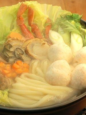 本格的な讃岐うどんに含まれる塩分を利用して下茹でなしでお召し上がりいただけるレシピとして考案しました。さらに色々な海鮮の旨味たっぷりにお召し上がりいただけます。