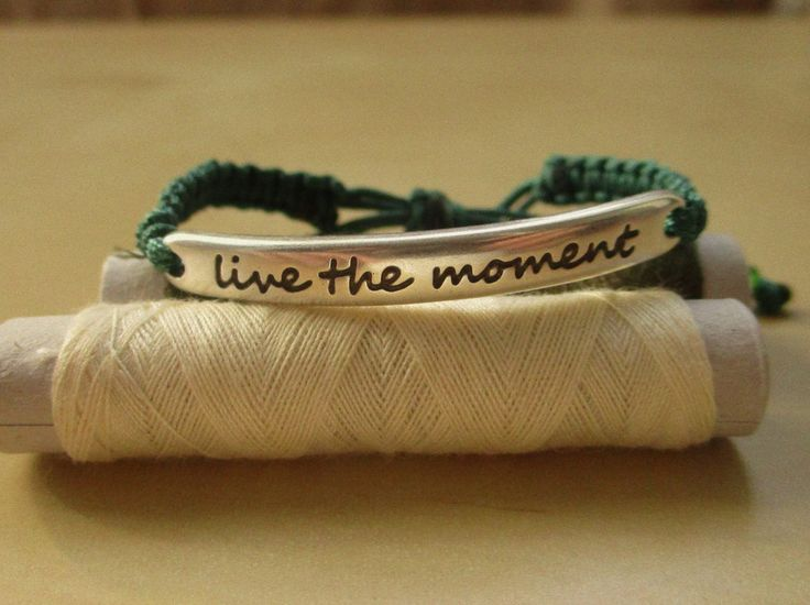 """μακραμέ κυπαρισσί βραχιολάκι """"live the moment""""! κωδικός: ΤΙ4"""