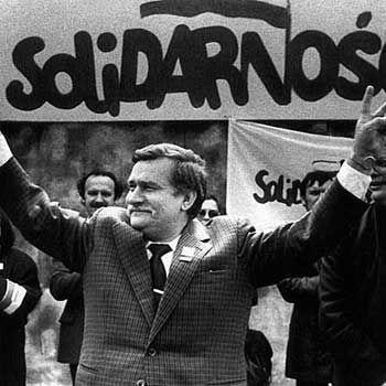 1980 14 agosto – Danzica: sciopero nei cantieri navali. Il KOR (comitato di autodifesa sociale) rivendica la libertà di stampa e altri diritti civili. Lech Wałęsa conduce le trattative con il governo polacco: nasce Solidarnosc.