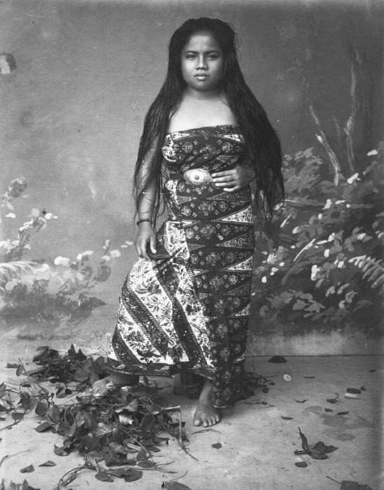 COLLECTIE TROPENMUSEUM Studioportret van een Indonesisch meisje.