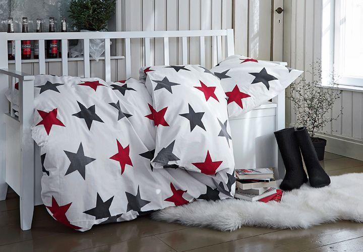 Punaiset ja harmaat tähdet tuikkivatKoodi Pohjantähti -pussilakanasetissä.  https://www.hobbyhall.fi/web/store/koti-ja-sisustus?utm_medium=pin&utm_campaign=j8_2014&utm_source=pinterest&utm_content=fiiliskuvat