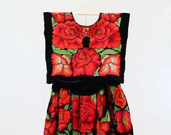 Traje de gala, bordado de flores rojas sobre terciopelo negro, Frida Kahlo style (TTF2)