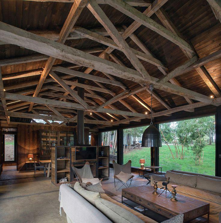 Проект Barn House от студии Estudio Valdés Arquitectos реализован в посёлке Лаго Ранко, Чили. Трое друзей приобрели старый сарай, повреждённый во время землетрясения, который решили превратить в дом для летнего отдыха, используя переработанные материалы. Вторичные стропила из древесины тополя и п...