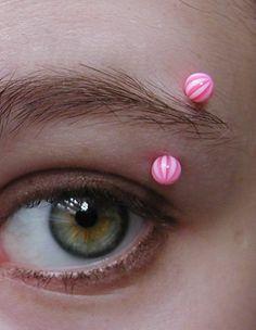 Piercing de ceja con bolas playeras