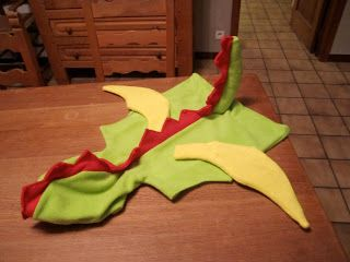 Oma! Ik wil een draak worden met carnaval!   Van een lieve collega kreeg ik een reeds bestaande drakentrui. Ik tekende een patroon, paste h...