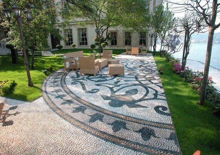 patio contemporain embelli par une belle mosaïque décorative en galets à motif tulipe