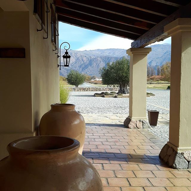 """Momento de almorzar en #LaEstanciaDeCafayate, disfrutando el paisaje en un día alucinante.  #ExperienciaGrace #CafayateTMA #GraceCafayate #SaltaTanLindaQueEnamora #Blogtrip #argentina360 #travelblogger #iamTB #comuviajera #viajar #travel #instatravel #photooftheday #picoftheday #instatraveling #igpassport #instago #lifestyle #mytravelgram #travelphoto #wanderlust #traveltheworld #welltravelled #thehappynow #hispanictravelbloggers"" by @viajeydescubra (Viaje y Descubra - travel blog)…"