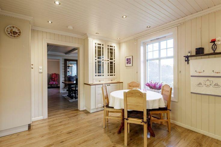 FINN – Strand/Tyinvegen 304 - Sjarmerende og innholdsrik enebolig med fin blanding mellom gammel og nyere stil. Boligen har en lun og hyggelig atmosfære med særpreg. 4 soverom, spisestue, stue, romslig kjøkken med utgang til terrasse