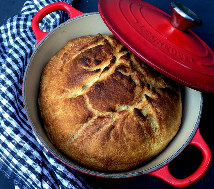 Kig her og se min opskrift på et lækkert grydebrød - den hurtige udgave, hvor dejen ikke skal hæve til næste dag, men hvor brødet er klar på få timer.