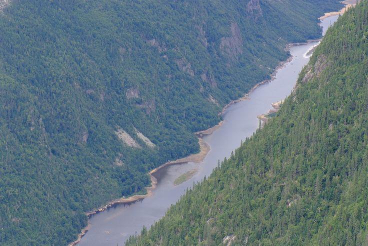 La rivière Malbaie suit son cours inexorablement et de manière rectiligne dans la vallée encaissée qui présente, à certains endroits, l'aspect d'un véritable canyon