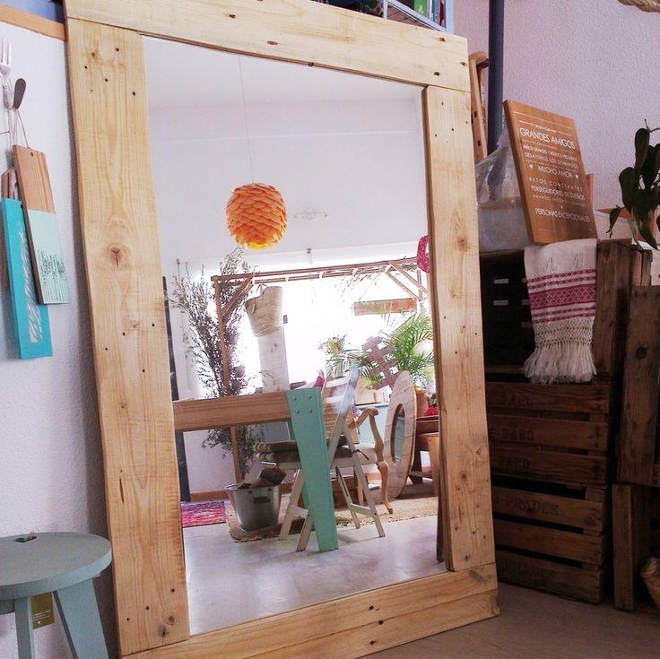 Espejo de madera natural recuperada. Pino nacional. Acabado barnizado. Puedes encargar el tuyo en www.blancodezinc.com
