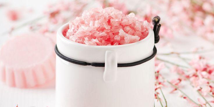 RICETTA PER LO SCRUB PELLE DI PESCA  Ingredienti  sale rosa dell'Himalaya sale fino olio essenziale di rosa olio di riso contenitore con tappo a vite