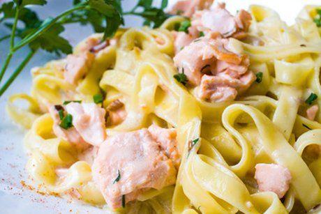 Das Rezept Lachsnudeln passen perfekt zu einem frischen gemischten Salat.