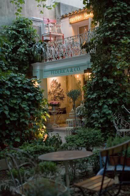 Pasear por Hermosilla y descubrir el precioso y escondido jardín de Urban Antique es dar con un oasis de paz y de buen gusto. Entramos por un portal de carruajes, tan clásico en el barrio, a un patio interior donde encontramos moda, complementos, tocados, objetos de decoración, muebles de jardín... Todo ello en un enclave de ensueño. Federica and co, Sister Jane, mimoki .... Aquí el tiempo vuela!!! — en Urban Antique. Etiquetas: El Barrio de Salamanca