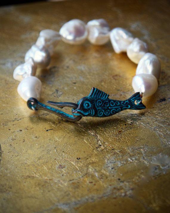 Weiße barocke Perle Manschette Armband, Boho Armband, Fisch Armband, Bohemian Armband, ägyptischer Schmuck, griechisch-römischen Armband rustikal Grünspan
