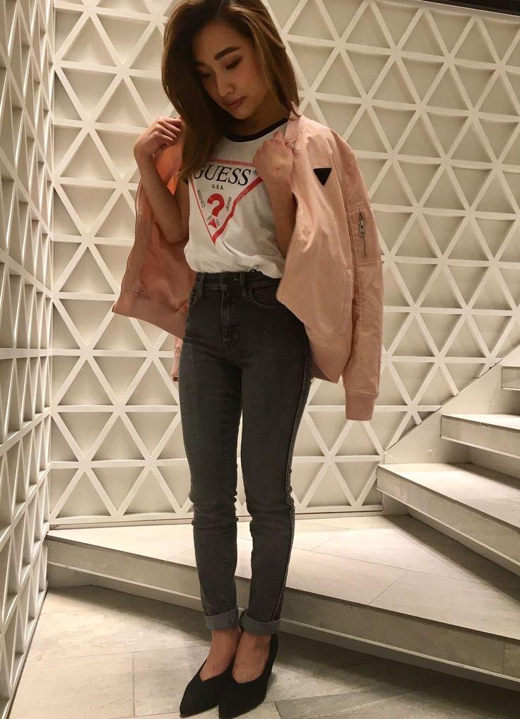流行りのハイウエストボトムスに、Tシャツをインして脚長効果! こちらも流行りのピンクの春色アウターで周りと差をつけます!目立たせたいのはTシャツなので、他はすっきりシンプルにまとめています!  Tシャツ ¥6,900 ハイウエストスキニー ¥14,900 ライトアウター ¥14,900