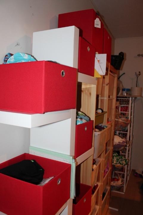 työhuone, vaatteita näissä laatikoissa