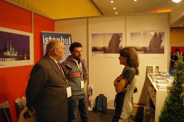 La dr. Silvia Barbarotta (Ufficio Turismo e Cultura di Turchia) con il dr. Oliviero Arzuffi (Direttore editoriale di Oltre Edizioni) e Andrea De Pascale.