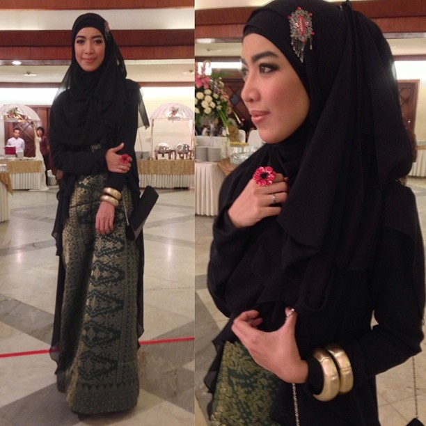 fitri aulia in songket dress.. she's beautiful with dark tone