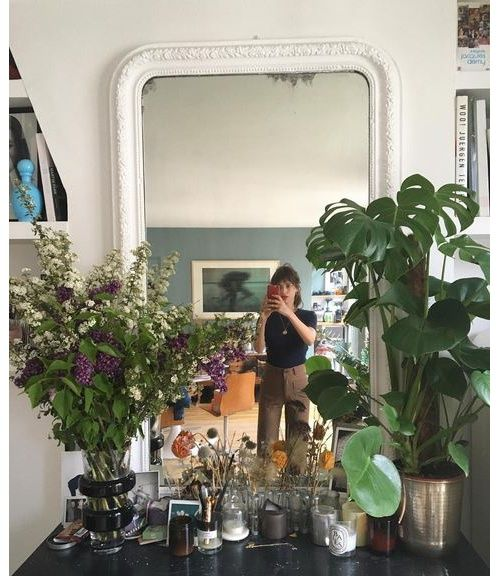 La cheminée, miroir, parfums, plantes de la Parisienne Jeanne Damas