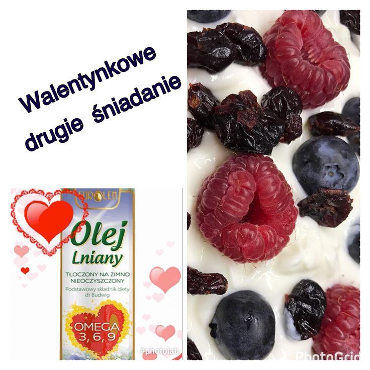 #serce_w_drugimSniadaniu Spraw ukochanej osobie przyjemność i przygotuj jej drugie śniadanie. Nasza propozycja na Walentynki i nie tylko: jogurt naturalny, świeże owoce + żurawina, kilka kropel oleju lnianego i struga miodu do smaku.   Happy Valentines! 💗