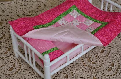 Купить или заказать Лоскутное одеяло для куклы. в интернет-магазине на Ярмарке Мастеров. Такое одеяльце и именно в этой цветовой гамме самое популярное среди, тех, что я шью для кукольной кроватки, его очень часто заказывают. И не удивительно! Оно такое сочное, яркое и совершенно девчачье. Мне оно напоминает вкусную спелую ягодку ))) На фото комплект, выполненный на заказ из яркого американского хлопка высокого качества. В составе комплекта лоскутное одеяло, подушка, простынка, матрасик.