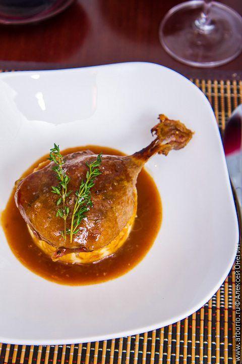 Изначально этот метод приготовления утиных ножек, пришедший из французской кухни, использовался в целях консервации: приготовленный таким образом, утиный конфи может храниться в холодильнике несколько месяцев. Тем не менее, это еще и очень вкусное блюдо, что снискало ему всемирную популярность. Конфи из утиных ножек - confit de canard - считается классическим рецептом, но подобным же образом можно готовить гуся, свинину, крольчатину и даже курицу. Конфи из утиных ножек    Сложность средняя…