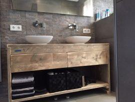 Omschrijving  Dit badkamermeubel is een speciaal model want dit badkamermeubel heeft namelijk 2 lades naast elkaar. Het meubel is van oud steigerhout gemaakt.