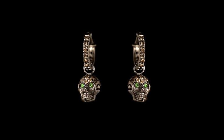 Orecchini cerchietto con ciondolo teschio estraibile in oro bianco e pavè di diamanti brown rodiati di nero, con occhi di smeraldo (personalizzabile in tutte le varianti di colore)
